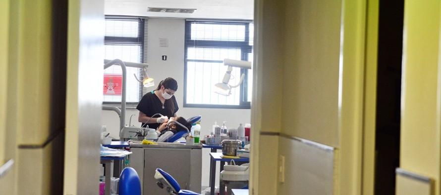Alicia Aparicio se reunió con los odontólogos del Centro de Salud Gálvez