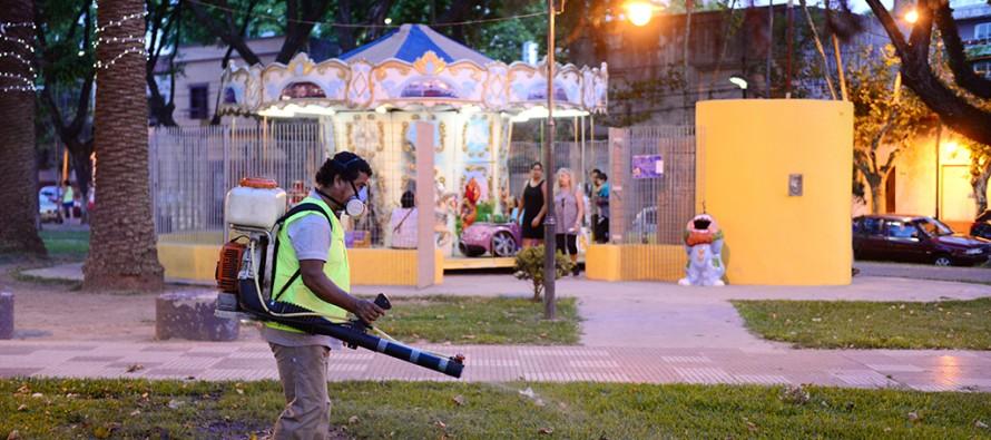 Fumigación preventiva de dengue en la plaza Dorrego