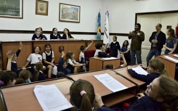 Niños de escuelas sanfernandinas se sentaron en las bancas del Concejo