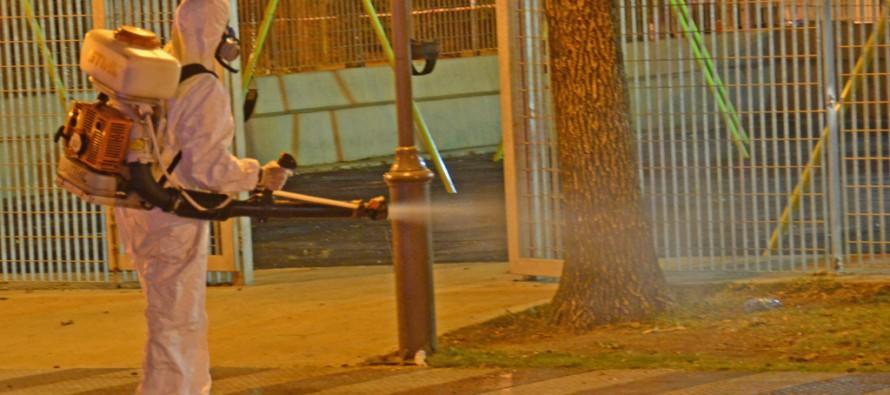 Operativos nocturnos contra el dengue en las plazas