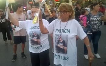 """""""No me dejen sola"""", dijo la madre de Luis Acosta en la marcha que reclamó justicia por el asesinato del joven"""