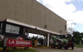 ¿Cuánto pagó el barrio privado La Damasia por la mano de obra, el equipamiento y los materiales aportados por el municipio?