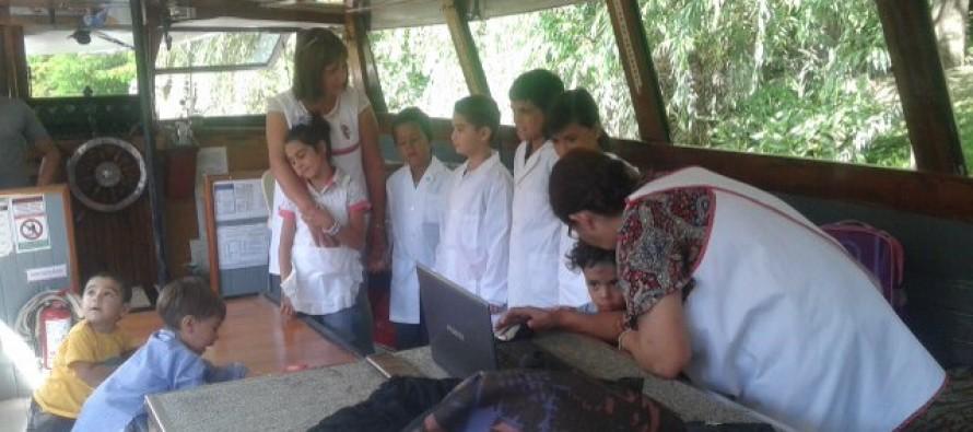 Arroyo Caracoles: Dictan clases en una lancha porque no pueden llegar a la Escuela