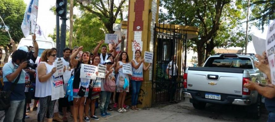 """""""La paritaria es libre y no puede tener techo"""", el reclamo de los docentes en la Casa del Ministro"""