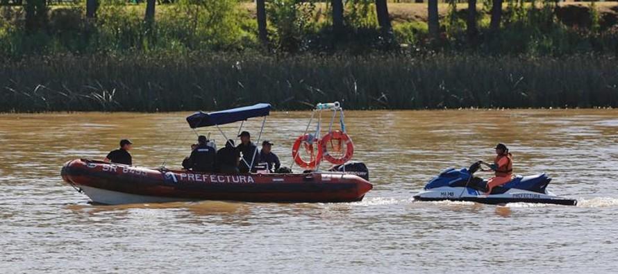 Seis buzos y seis embarcaciones buscan al joven desaparecido en el Delta