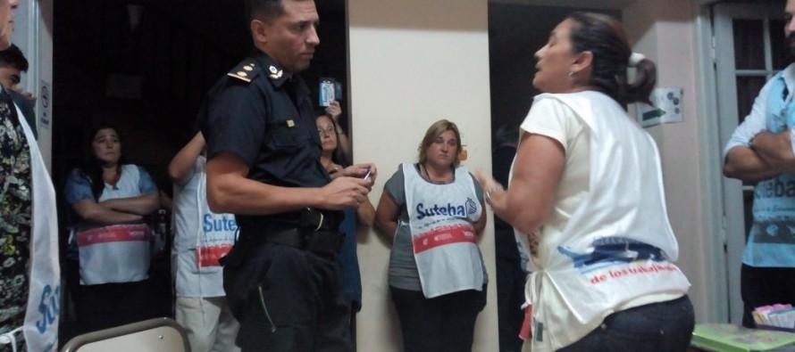 Docentes permanecen en la Jefatura Distrital en rechazo al cierre del bachillerato de adultos y las escuelas de Caracoles