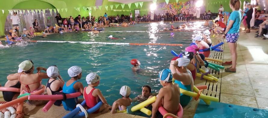 Se realizó una clase abierta de natación en el Poli N° 1 para personas con discapacidades intelectuales