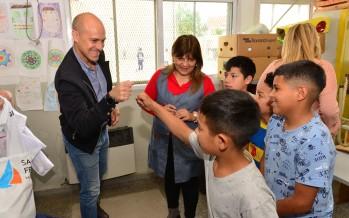 Entrega de indumentaria y material didáctico a la Escuela N° 28 del barrio San Jorge