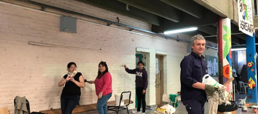 Se realizó una jornada solidaria para pintar la Escuela Media N° 2