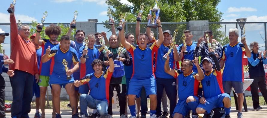 Jugadores de la Liga Municipal de Fútbol para Veteranos recibieron sus trofeos