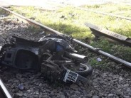 Un muerto y una herida grave tras intentar cruzar en moto las vías del tren con las barreras bajas en Guido Spano