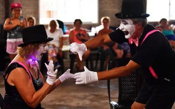 Los adultos mayores se anticiparon al carnaval con un baile de disfraces en el Poli 3