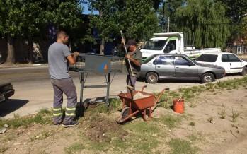 Tareas de limpieza y mantenimiento del mobiliario urbano en el barrio Crisol y en Ruta 202
