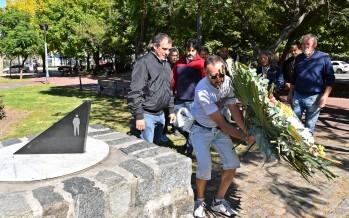 Día de la Memoria: el Municipio recordó a las víctimas con una ofrenda floral en plaza Canal