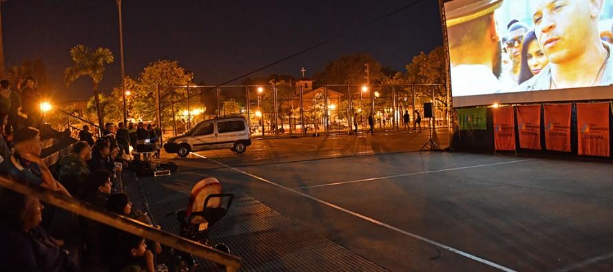 El 'Cine en los Barrios' pasó por la Plaza Carlos Gardel