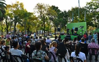 Peña folclórica a cielo abierto en la Plaza Santa Lucía