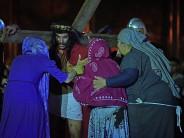 Se representó el Vía Crucis en la plaza Carlos Gardel