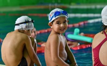 Encuentro de natación para chicos en los polideportivos municipales