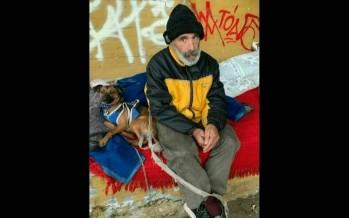 Carlos está en situación de calle con su perrita y busca trabajo