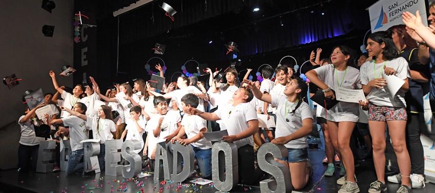 Los egresados de los centros educativos municipales tuvieron su fiesta en el Teatro Martinelli