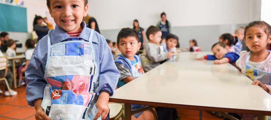Jóvenes del programa Sumate confeccionaron pintorcitos con el reciclado de sachets