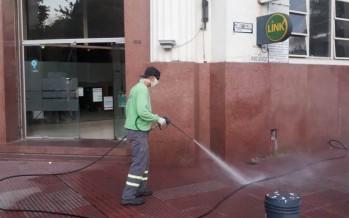 Limpieza y desinfección de veredas en los centros comerciales de nuestra ciudad