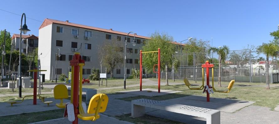 Trabajos de mantenimiento en la plaza del barrio Mil Viviendas