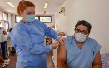 """Carlos Sánchez, primer trabajador de la salud vacunado en nuestra ciudad: """"No existe acto más solidario que la vacunación"""""""
