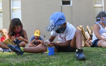 Chicas y chicos de las colonias de verano aprenden a reciclar y hacer huertas