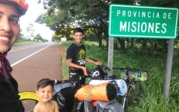 Una familia recorrió mil kilómetros en bici para visitar su tierra natal