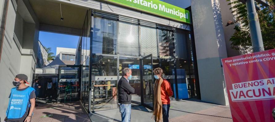 Juan Andreotti visitó el vacunatorio que se preparó en el Centro Universitario Municipal